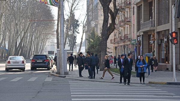 Пешеходы на улице - Sputnik Таджикистан