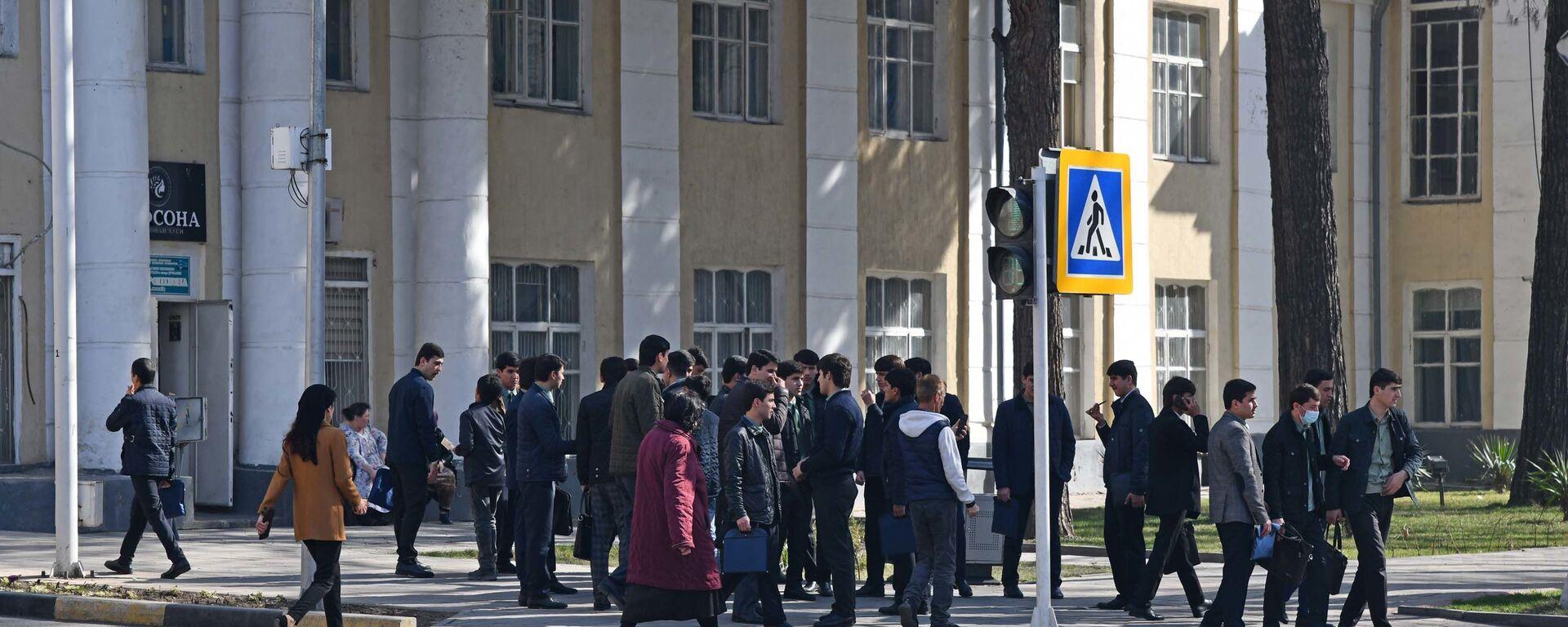 Пешеходы на улице - Sputnik Таджикистан, 1920, 19.02.2021