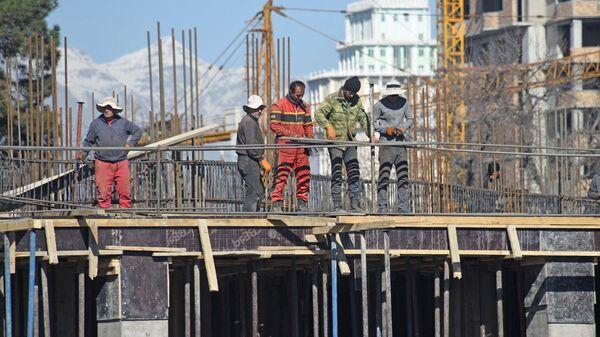 Строители на стройке нового дома  - Sputnik Таджикистан