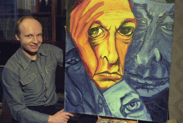 Андрей Мягков с картиной Портрет Олега Ефремова - Sputnik Таджикистан