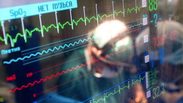 Монитор, показывающий параметры жизнедеятельности пациента во время операции - Sputnik Тоҷикистон