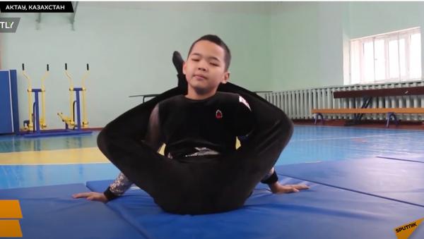 Подросток из Актау демонстрирует чудеса гибкости - Sputnik Тоҷикистон