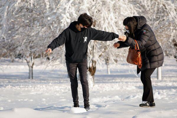 Люди на замерзших улицах города Ниагара-Фолс в штате Нью-Йорк  - Sputnik Таджикистан