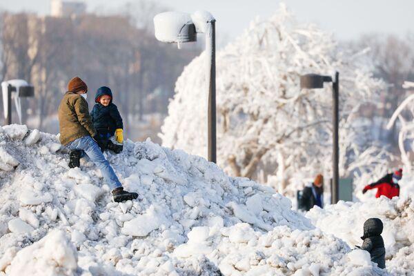 Дети на ледовом и снежном холме в парке Ниагара-Фолса - Sputnik Таджикистан