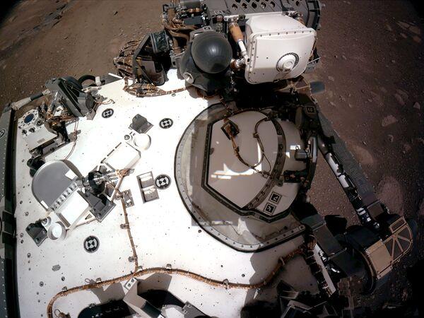 Первое селфи с Марса - так ученые понимают, что марсоход не поврежден при посадке - Sputnik Таджикистан
