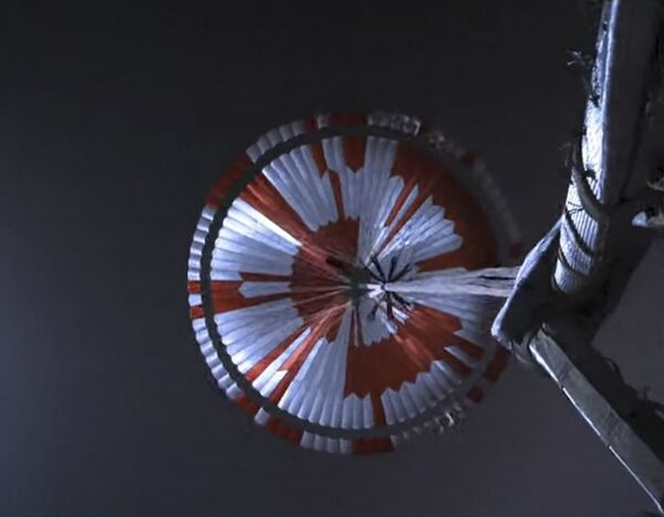 А вот и сам купол парашюта, содержащий послание от инженеров НАСА - Sputnik Таджикистан