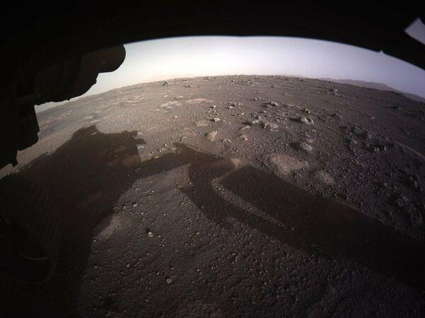 Одно из самых первых фото, снятых исследовательским аппаратом NASA's Perseverance Mars Rover - Sputnik Таджикистан