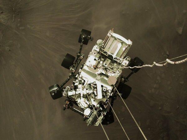 Фотография посадки марсохода Perseverance, снятая из-под купола парашюта - Sputnik Таджикистан