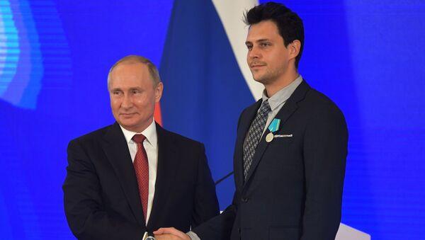 Президент России Владимир Путин и актер сербского национального театра Милош Бикович - Sputnik Таджикистан