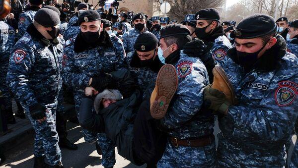 Сотрудники полиции задерживают участника акции протеста в Армении - Sputnik Таджикистан