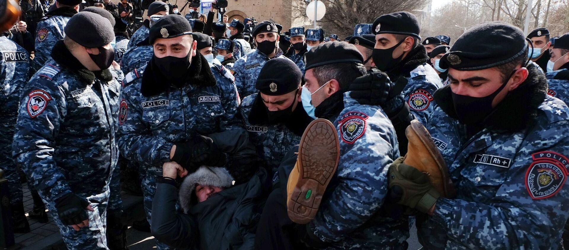 Сотрудники полиции задерживают участника акции протеста в Армении - Sputnik Таджикистан, 1920, 25.02.2021