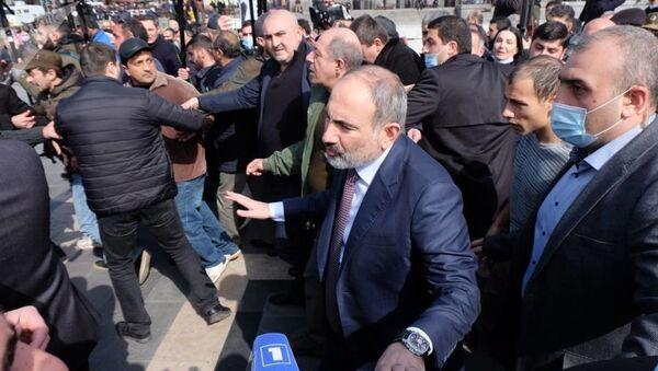 Премьер-министр Никол Пашинян проходит по улицам столицы (25 февраля 2021). Еревaн - Sputnik Тоҷикистон
