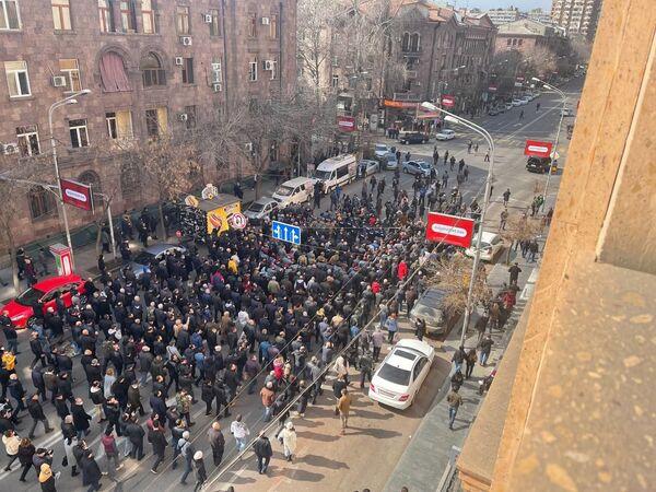 Протестующие проходят по улицам столицы Армении - Sputnik Таджикистан