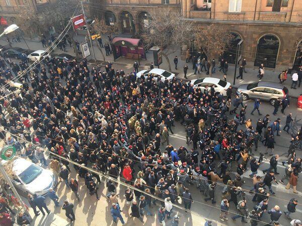 Сторонники премьер-министра Армении Никола Пашиняна идут по улицам столицы - Sputnik Таджикистан