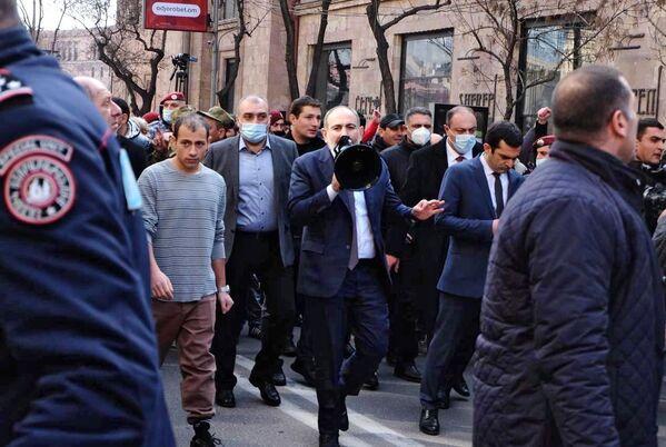 Премьер-министр Армении Никол Пашинян вместе с протестующими вышел на улицы Еревана - Sputnik Таджикистан