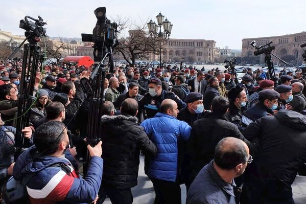 Протестующие возле Дома правительства в Ереване - Sputnik Таджикистан