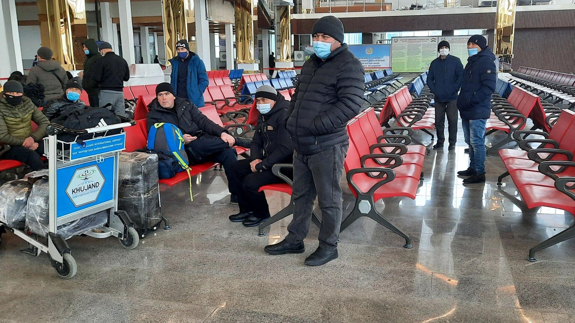 Пассажиры в зале ожидания аэропорта в городе Худжанде - Sputnik Тоҷикистон, 1920, 10.09.2021