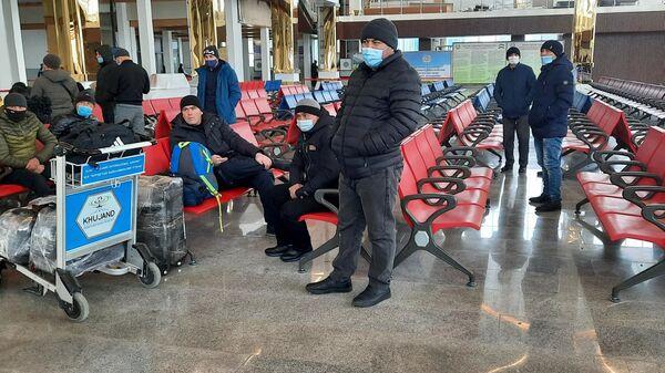 Пассажиры в зале ожидания аэропорта в городе Худжанде - Sputnik Тоҷикистон