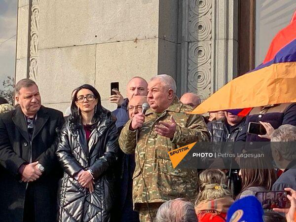 Юрий Хачатуров на митинге оппозиции на площади Свободы - Sputnik Таджикистан