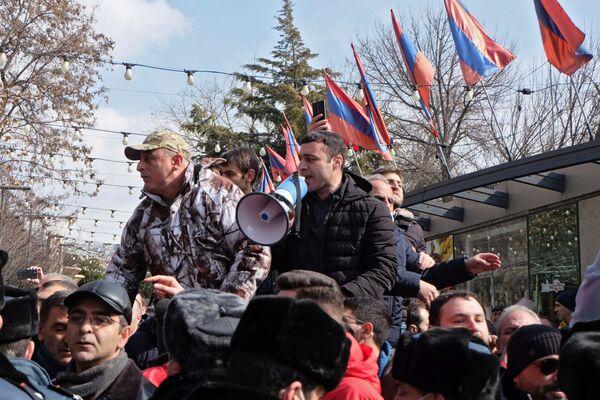 Противники политики премьер-министра Армении Никола Пашиняна на улицах Еревана - Sputnik Таджикистан