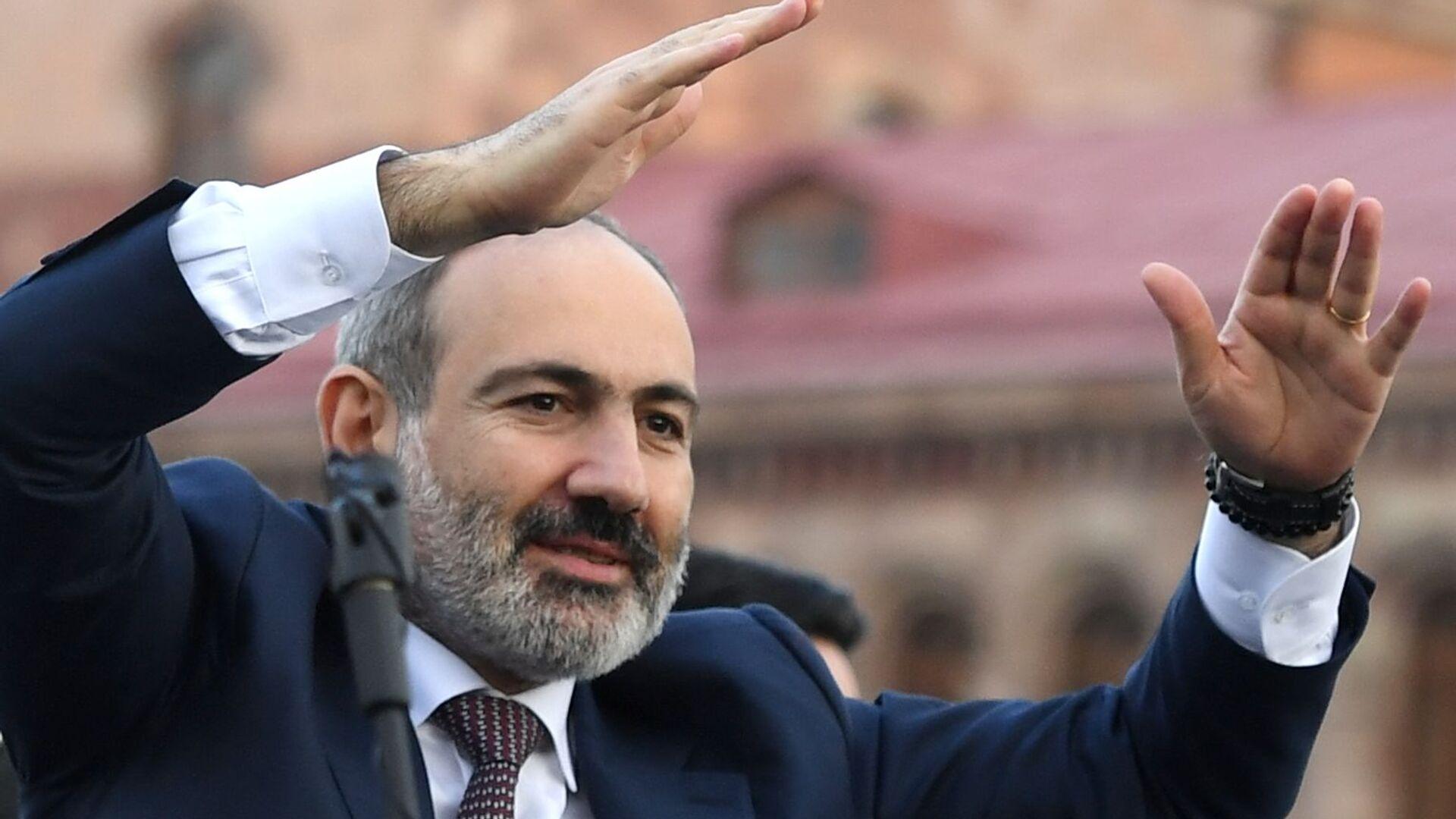 Премьер-министр Никола Пашинян выступает перед своими сторонниками в Ереване - Sputnik Таджикистан, 1920, 21.06.2021
