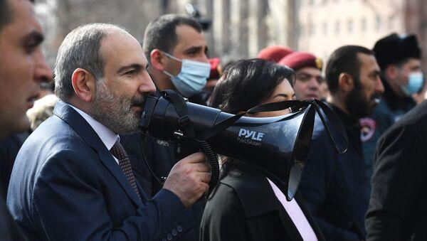Премьер-министр Армении Никол Пашинян вышел к протестующим на улице Еревана - Sputnik Тоҷикистон