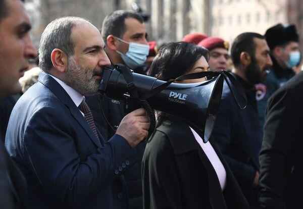 Премьер-министр Армении Никол Пашинян вышел к протестующим на улице Еревана - Sputnik Таджикистан