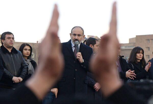 Премьер-министр Никол Пашинян выступает перед своими сторонниками в Ереване - Sputnik Таджикистан