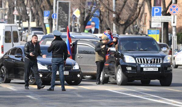 Протестующие перекрыли проспект Баграмяна в Ереване - Sputnik Таджикистан