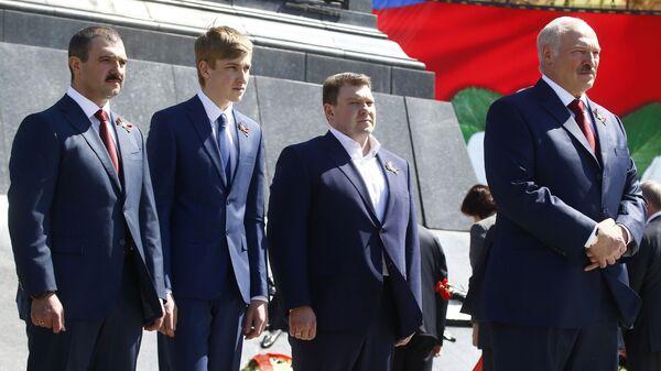 Президент Белоруссии Александр Лукашенко (справа) со своими сыновьями Виктором, Николаем и Дмитрием (слева направо) - Sputnik Тоҷикистон