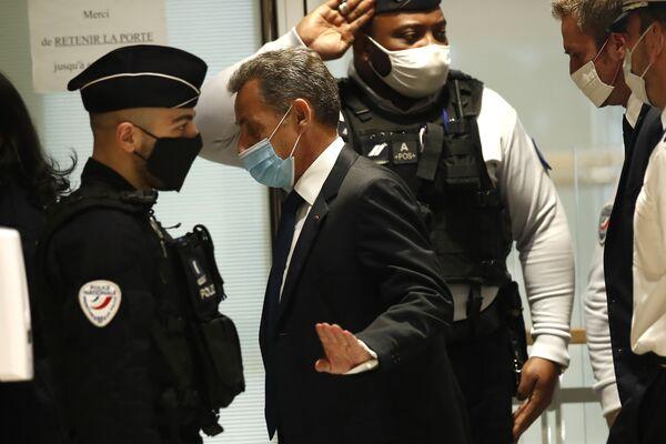 Бывший президент Франции Николя Саркози прибывает в зал суда - Sputnik Таджикистан