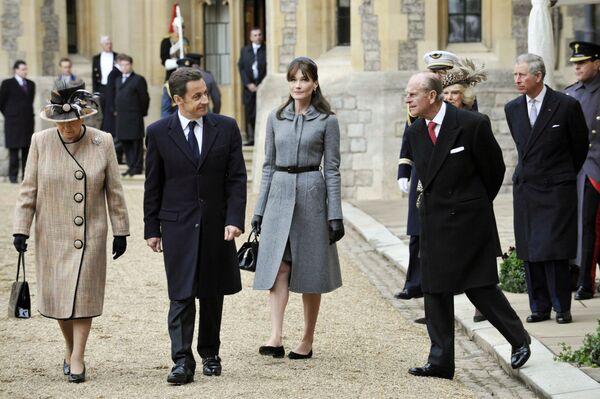 Королева Великобритании Елизавета II, президент Франции Николя Саркози, первая леди Франции Карла Бруни-Саркози и британский принц Филипп в 2008 году - Sputnik Таджикистан