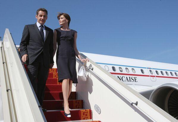 Президент Франции Николя Саркози и его жена Карла Бруни-Саркози во время визита в Тунис - Sputnik Таджикистан