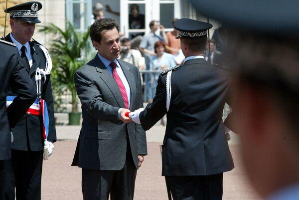 Министр внутренних дел Николя Саркози во время посещения Национальной высшей школы полиции Сен-Сир-о-Мон-д'Ор в 2002 году - Sputnik Таджикистан