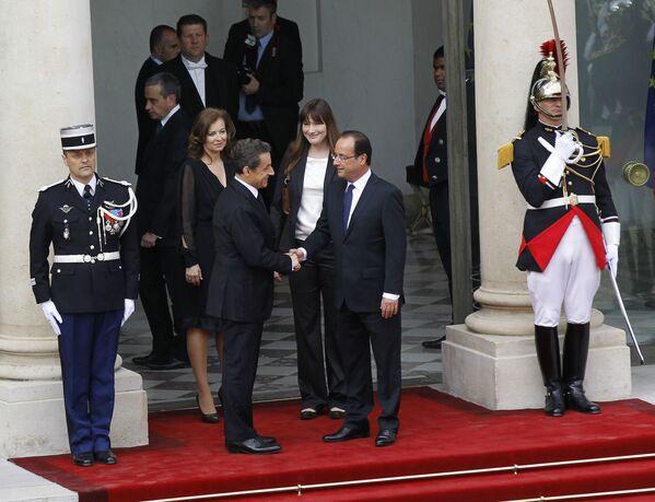 Уходящий президент Франции Николя Саркози пожимает руку новому президенту Франсуа Олланду - Sputnik Таджикистан