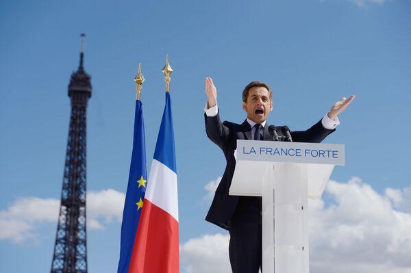 Николя Саркози выступает с речью во время предвыборного митинга перед Эйфелевой башней в Париже - Sputnik Таджикистан
