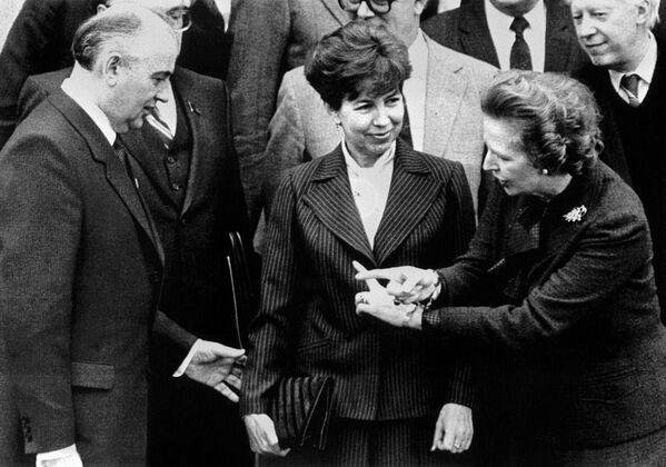В декабре 1984 года Горбачев со своей супругой Раисой посетил Лондон по приглашению премьер-министра Великобритании Маргарет Тэтчер, с которой познакомился на похоронах Андропова. Переговоры проходили в неформальной и доверительной атмосфере в загородной резиденции Чеккерс - Sputnik Таджикистан
