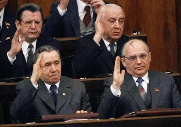 Андрей Громыко и Михаил Горбачев в президиуме Верховного Совета РСФСР - Sputnik Таджикистан