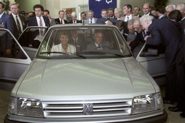 Михаил Сергеевич Горбачев в автомобиле марки Пежо во время посещения автомобильного завода в городе Пуасси - Sputnik Таджикистан