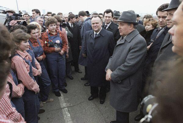 Горбачев побывал в Тольятти на Волжском автозаводе. Тогда он впервые произносит слово перестройка, подхваченное СМИ и ставшее лозунгом начавшейся новой эпохи в СССР - Sputnik Таджикистан
