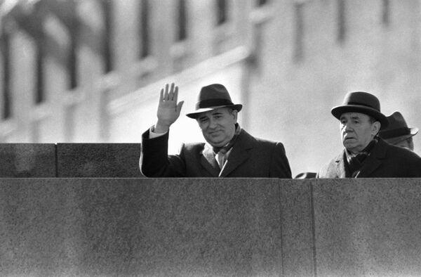 Горбачев машет рукой с мавзолея Ленина на Красной площади в Москве 1 мая 1986-го. На пятый день после аварии на Чернобыльской АЭС, по указанию Горбачева, с целью недопущения паники среди населения, в Киеве, Минске и других городах республик были проведены первомайские демонстрации - Sputnik Таджикистан
