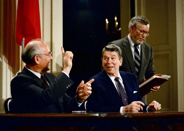 Генеральный секретарь ЦК КПСС Михаил Горбачев и президент США Рональд Рейган 8 декабря 1987 года при подписании в Белом доме Договора о ликвидации ракет средней и малой дальности - Sputnik Таджикистан
