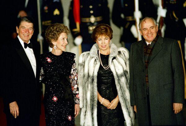 Михаил Горбачев и его жена Раиса перед торжественным ужином в Белом доме вместе с президентом США Рональдом Рейганом и первой леди Нэнси Рейган. Раиса Максимовна сопровождала супруга во всех поездках по стране и миру - Sputnik Таджикистан