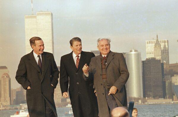 Михаил Горбачев во время осмотра гавани Нью-Йорка с президентом Рональдом Рейганом и новым избранным президентом Джорджем Бушем 7 декабря 1988-го - Sputnik Таджикистан