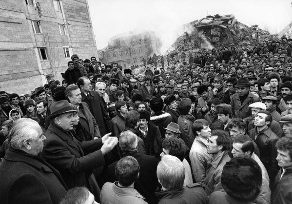 Горбачев обращается к жителям Ленинакана, сильно пострадавшего от Спитакского землетрясения. Во время землетрясения генсек был с визитом в США и призвал западные страны помочь советской Армении - Sputnik Таджикистан