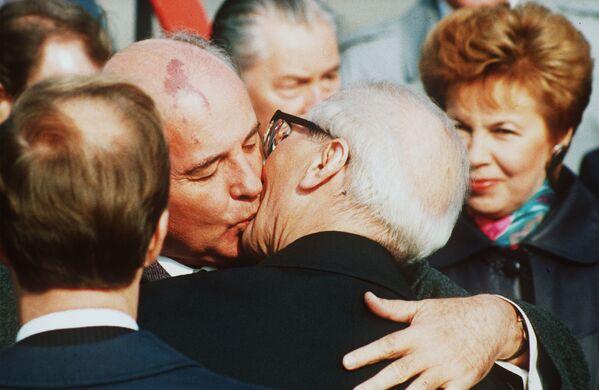 Встреча Михаила Горбачева и Эриха Хонеккера, лидера ГДР с 1971 года. Их встреча была действительно братской - они повторили известный поцелуй Хонеккера с Брежневым - Sputnik Таджикистан