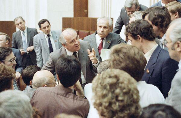 Горбачев спорит с депутатами на заседании Верховного Совета в 1989 году - Sputnik Таджикистан