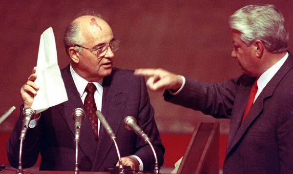 Президент СССР Михаил Сергеевич Горбачев держит стенографические записи, данные ему президентом Российской Федерации Борисом Ельциным 23 августа 1991 года, на внеочередном заседании парламента Российской Федерации - Sputnik Таджикистан