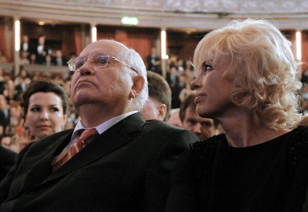 Экс-президент СССР Михаил Горбачев с дочерью Ириной Вирганской в зале лондонского Королевского Альберт-холла во время концерта, посвященного его 80-летию - Sputnik Таджикистан