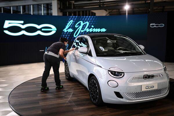Автомобиль Fiat 500 Electric в Турине - Sputnik Таджикистан